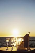 海辺のワイングラスとボトル