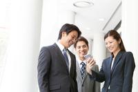 スマートフォンを見る日本人ビジネスパーソン