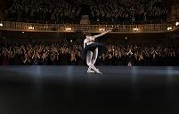 観客の拍手に応えるバレリーナ