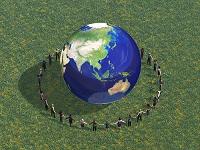 手をつないで地球を囲む