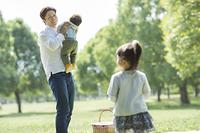 公園にピクニックにきた日本人の家族