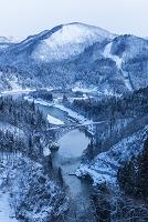 福島県 早朝の只見川と只見線 第一鉄橋