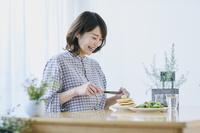 パンケーキを食べる日本人女性