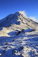 山梨県 朝日を受ける冠雪した北岳