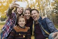 公園で写真を撮る外国人家族