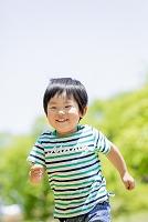 公園を走る日本人の男の子