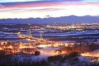 北海道 十勝中央大橋の夜景と夕暮れの日高山脈