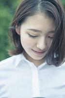 うつむく20代の日本人女性