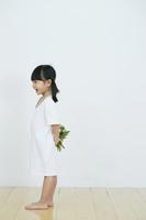 花をもつ女の子