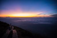 夜明けの登山道と雲海 八方尾根自然研究路 長野県