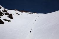長野県北アルプス 残雪の槍沢の登山者