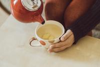 生姜湯を作る女性