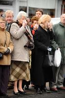 イギリス 集まる哀悼者たち