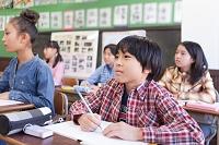 授業を受けている日本人の小学生