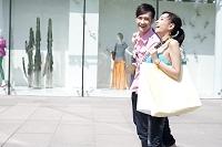 ショッピングをする若者カップル