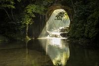 千葉県 朝日射す濃溝の滝