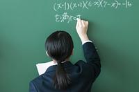 黒板の問題を解く女子学生の後姿