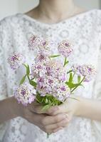 花束を持つ手