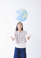 地球儀を投げる少女