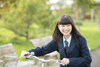 自転車を押す女子学生