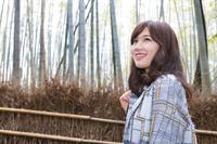 京都嵯峨野 竹林を歩く若い日本人女性