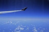 旅客機の窓から見る空と雲