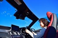 オープンカーと女性