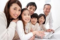 ノートパソコンを操作している3世代日本人家族