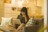 タブレットPCを見る日本人の女の子