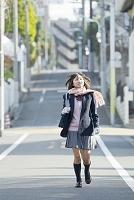 住宅街を歩く女子高生