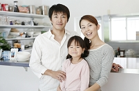 キッチンを背にした日本人家族