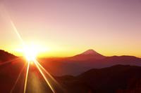 山梨県 丸山林道から望む富士山と朝日