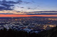 富山県 八乙女山より早苗の頃の砺波平野夕景と漁火