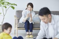 日本人家族で遊ぶ姿を撮影する母親