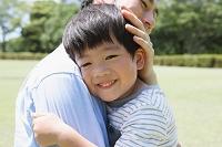 広場で抱きしめあう日本人親子