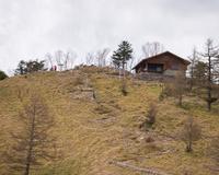 雲取山山頂直下から見る雲取避難小屋