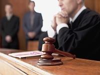 法廷の裁判官と小槌