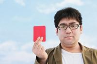 レッドカードを持つ男性