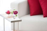サイドテーブルの上の花