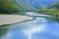 高知県 岩間沈下橋と新緑の四万十川