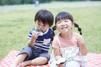 おにぎりを食べる日本人の子供