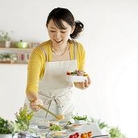 お弁当作りをする20代日本人女性