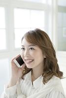 携帯電話で話すビジネス女性