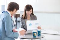 ミーティングする日本人ビジネス男女