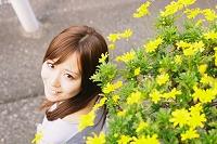黄色い花と女性