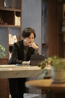 タブレットPCを操作する日本人ビジネスマン