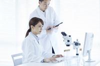 検証する白衣の研究員