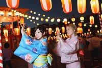 踊る浴衣の日本人女性たち