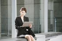 タブレットを操作するビジネスウーマン
