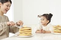 ホットケーキを食べる母と娘